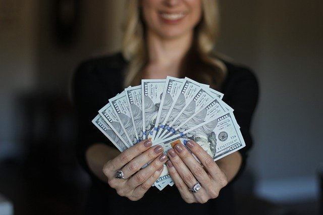 ile zarabia adwokat